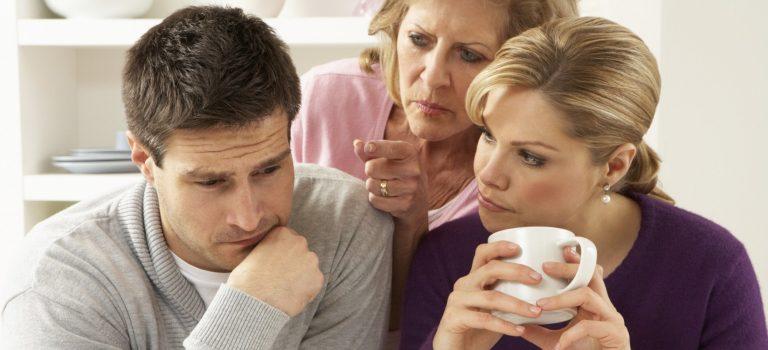 مادر نامزدم با ازدواج ما موافق نیست. چه کار کنم؟